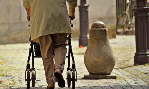 Frau läuft mit Rollator